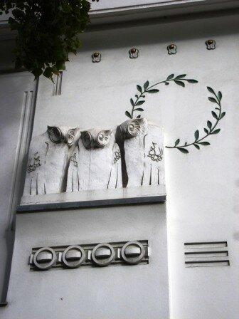 Détail des éléments décoratifs ornant la facade du bâtiment de l