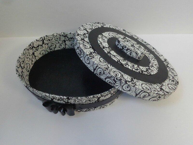 """Boite ovale """"noir et blanc"""""""