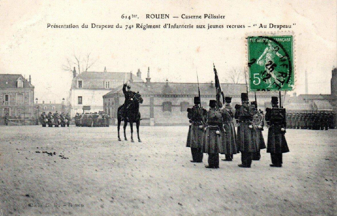 Rouen caserne Pélissier, Présentation du drapeau du 74e régiment d'infanterie aux jeunes recrues -Au Drapeau (Cliché C.D. Rouen)