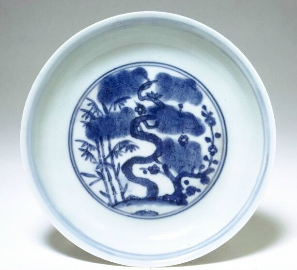 Saucer with a depiction of the 'three friends', Ming dynasty, Jiajing six-character mark and of the period (1522-1566)
