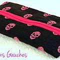 mini trousse noire avec têtes de mort roses