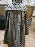 Manteau AGLAE en lainage beige à pois noirs fermé par un noeud dans le même tissu (2)