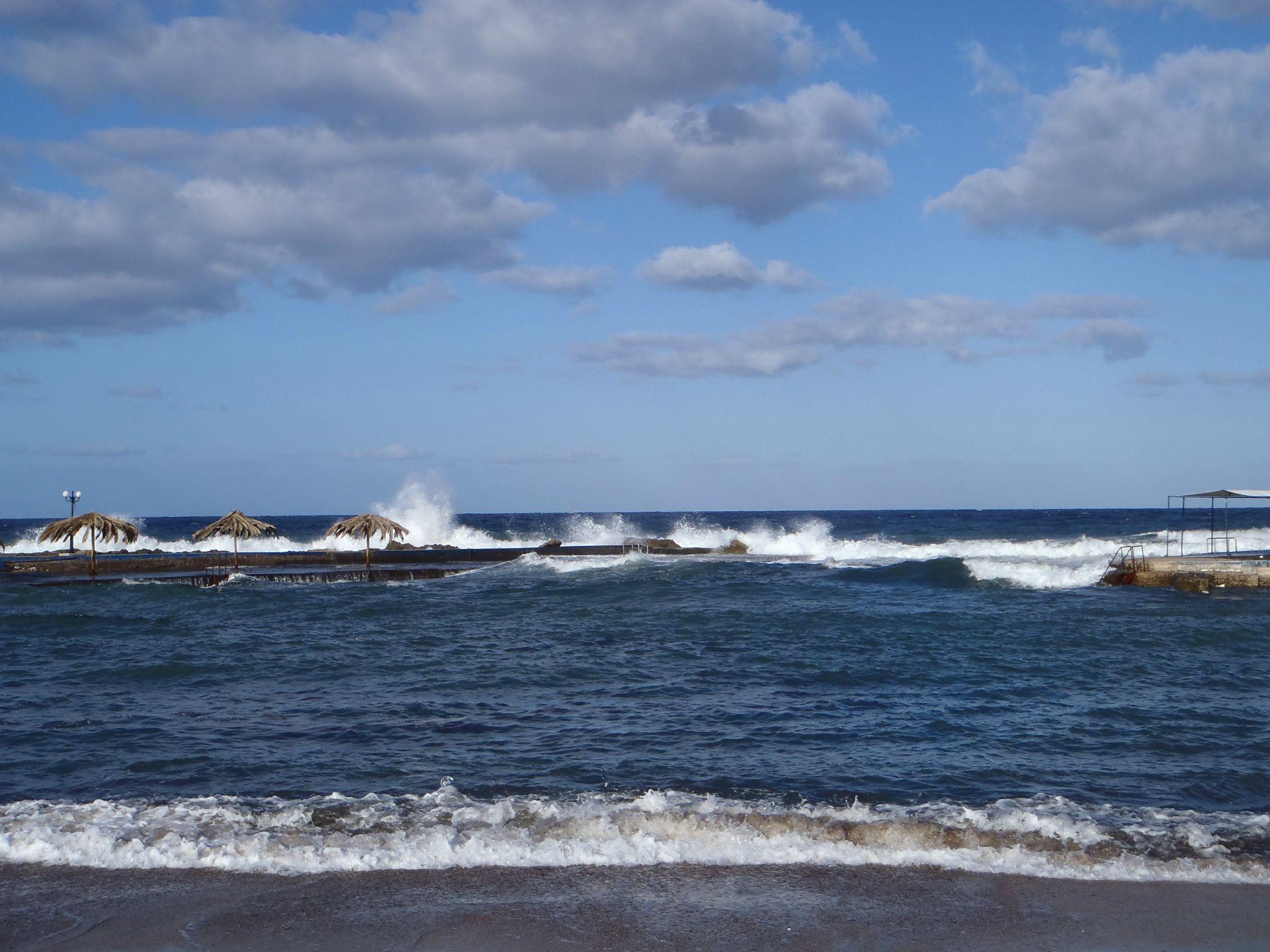 grece en remontant sur kalogria vent fort sur les vagues