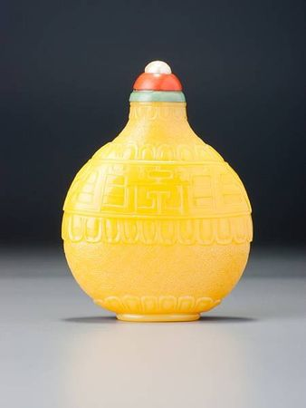 A_yellow_glass__kui_dragons__snuff_bottle3