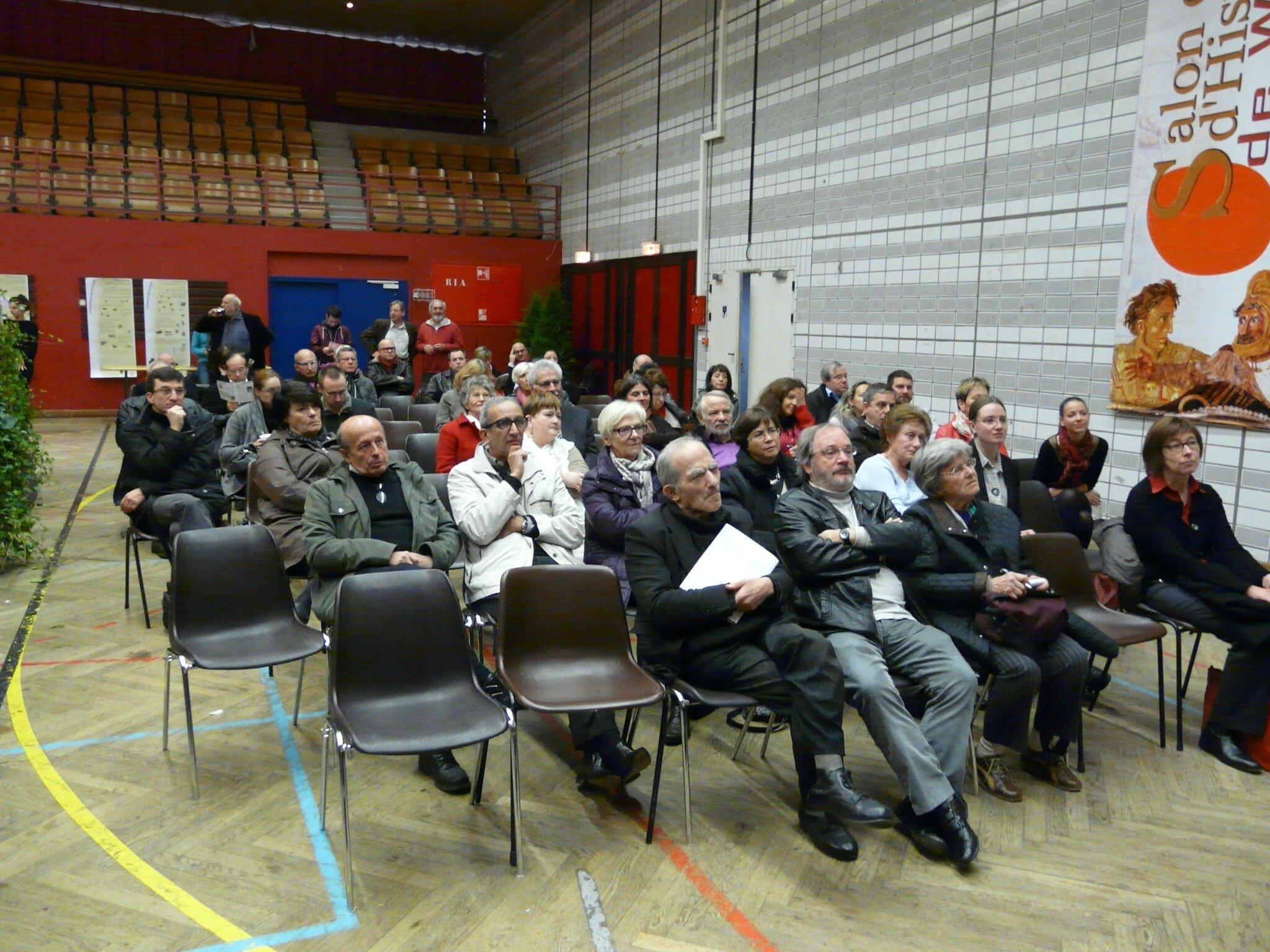 Un public attentif aux explications des six archéologues lorrains