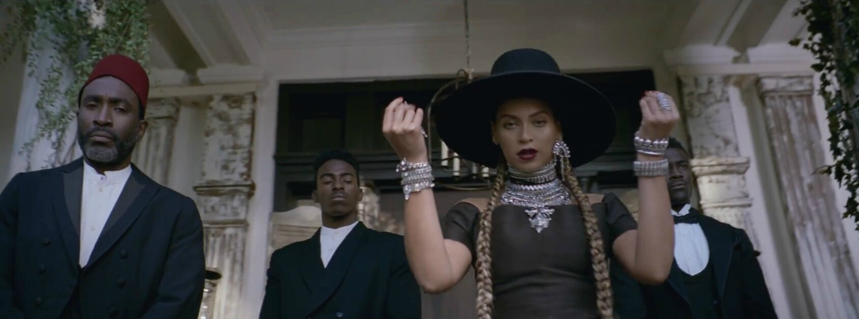 Beyonce is wearring on aura tout vu Couture dress for her new video clip Formation
