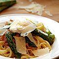 Linguine aux asperges et à la pancetta, oeuf poché