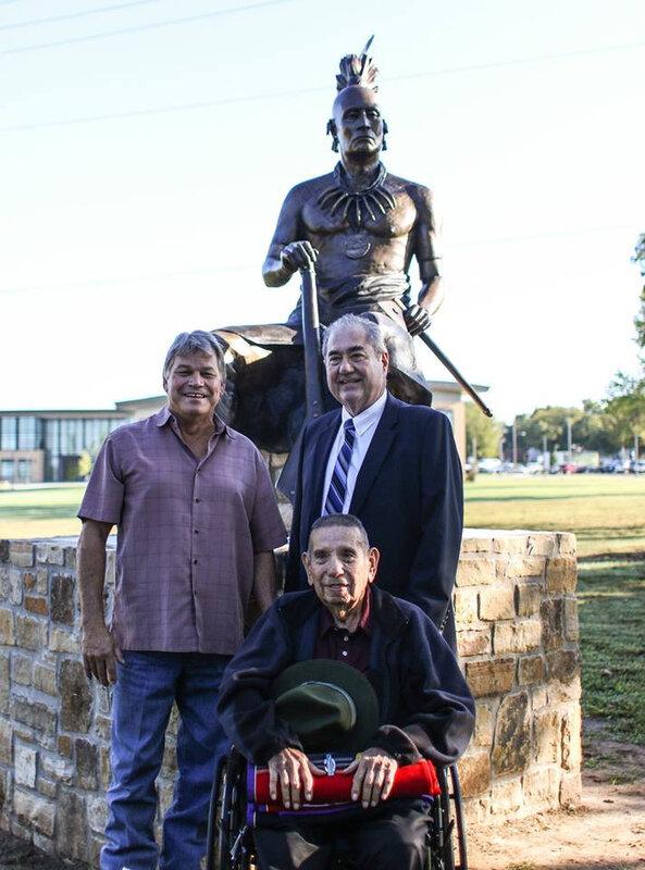 Le chef Geoffrey Standing Bear et le sculpteur osage John free avec un descendant de Clermont
