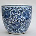 Grand aquarium en porcelaine chinoise blanc bleu, époque Kangxi