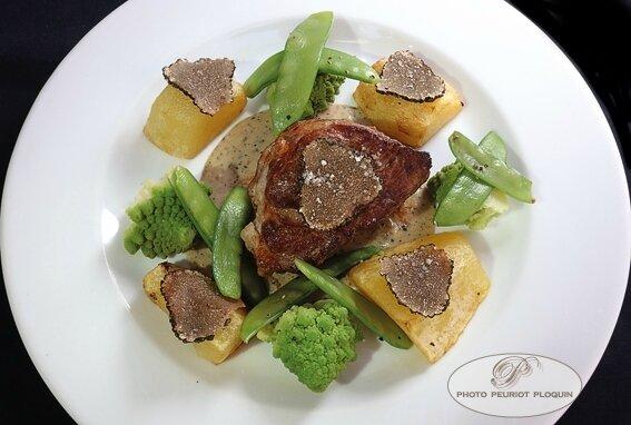 Grenadin_de_VEAU_a_la_truffe_d_ete_pois_gourmands_et_chou_romanesco_par_Rodo^he_Junis_La_Table_des_Vignerons_a_Trausse_Minervois_11