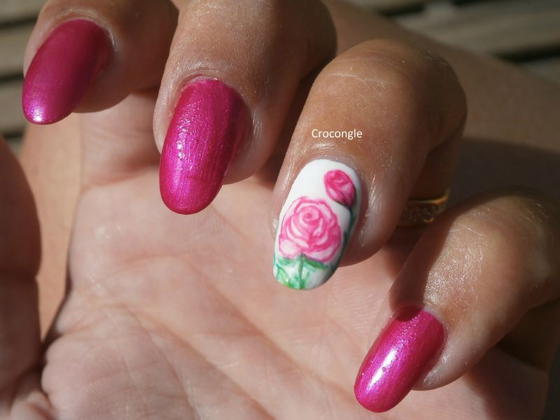 Nail art rose et son bouton de rose aquarelle Crocongle1