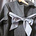 Manteau en laine bouillie grise chinée noué d'un lien de coton gris à petits pois blanc (6)