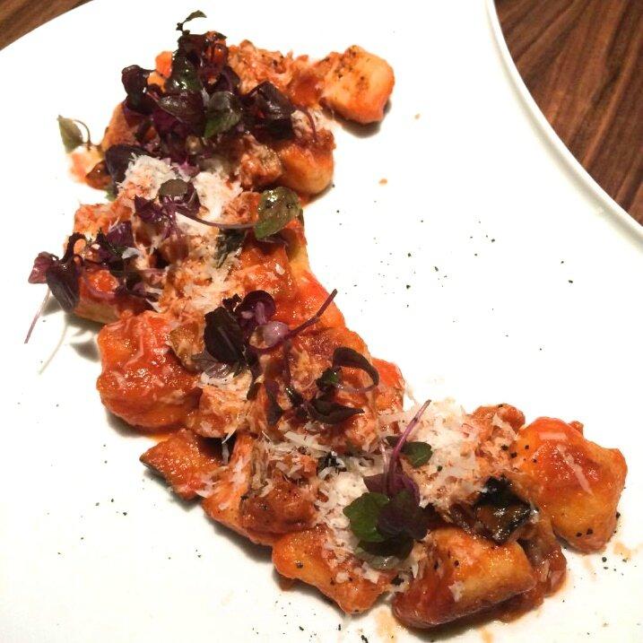 Gnocchi di patate alla Norma, aubergine confite, basilic