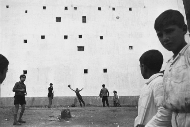 henri-cartier-bresson-children-playing-football-in-madrid-spain-circa-1933
