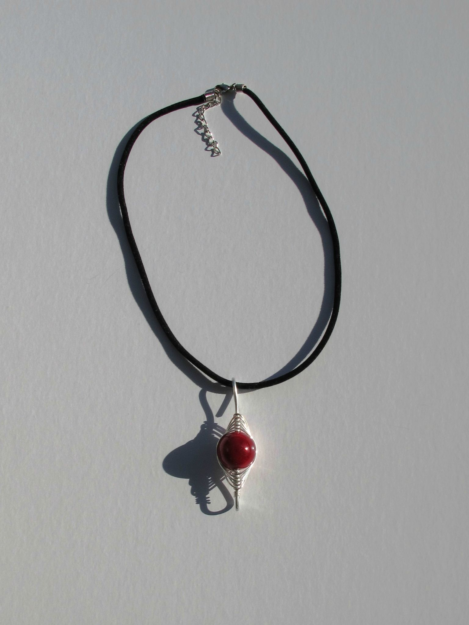 pendentif wire rouge