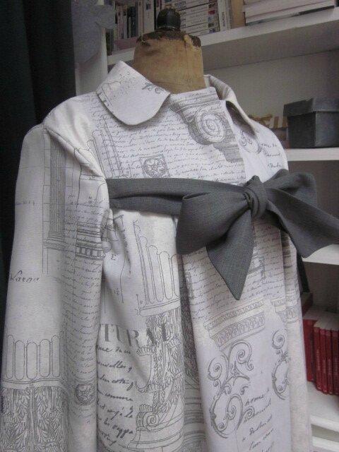 Manteau AGLAE en toile de coton imprimé Architecture gris fermé par un noeud de lin gris (5)