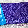 Etui à pilule girly et tendance en simili cuir violet et coton turquoise étoilé
