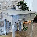 table patinée en gris poudré