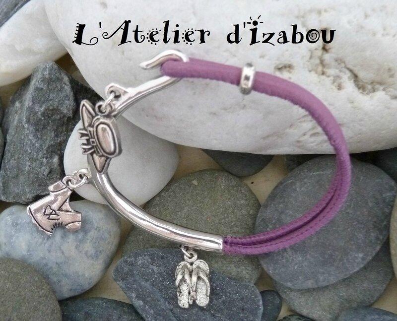 P1130409 bracelet demi-jonc cuir violet et breloques chapeau, tshirt et tongs