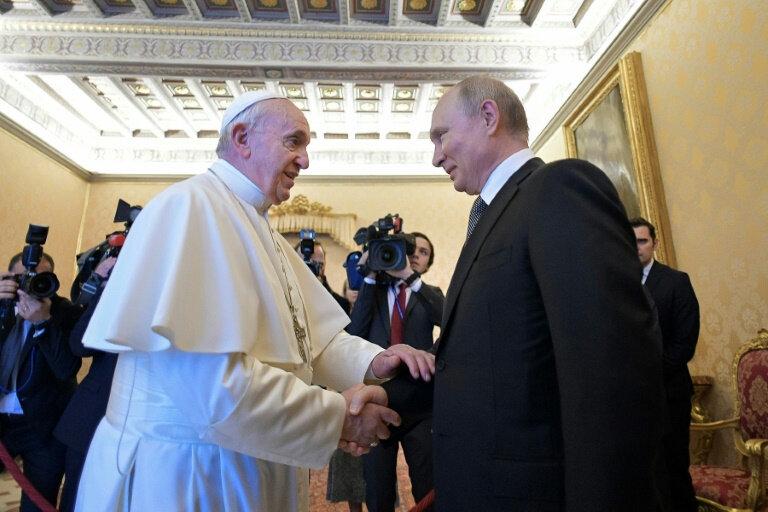 photo-diffusee-par-le-service-de-presse-du-vatican-montrant-le-president-russe