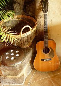 Christiane_joue_de_la_guitare