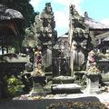 Ubud - temple devant le marché
