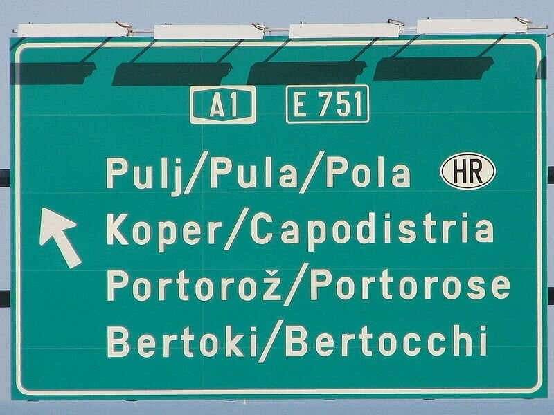 800px-Trilingual_traffic_sign_on_A1_near_Koper