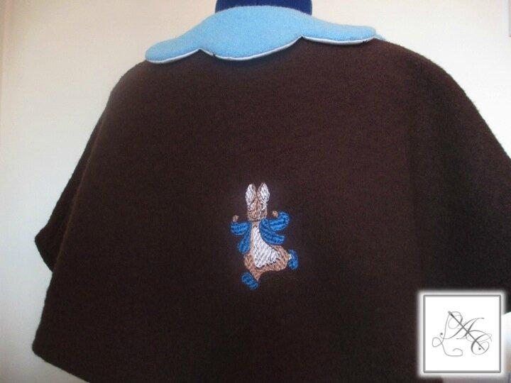 Broderie au dos d'une cape en laine bouillie