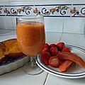 Smoothie de fraises à la mangue et à la papaye