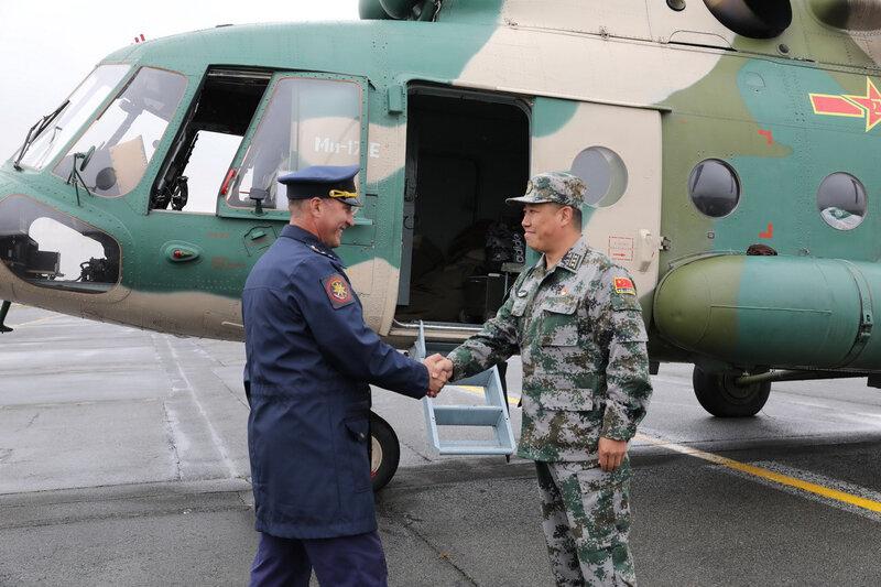 Salutations entre officiers russe et chinois - Orenburg