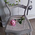 Chaise ancienne cannée patiné gris poudré
