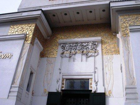 Détails des éléments décoratifs ornant la facade du bâtiment de