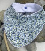 bavoir fleurs bleues