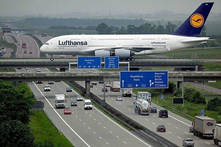 Avion sur autoroute
