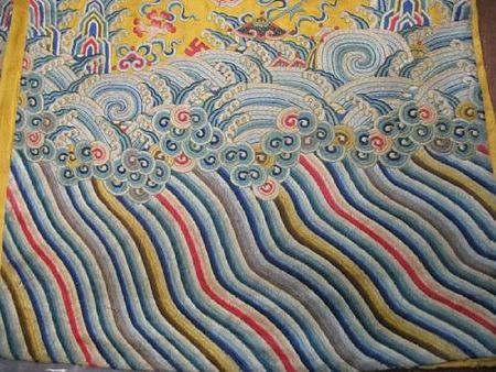 A_yellow_silk_ground_embroidered_dragon_robe4