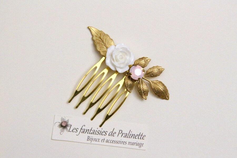 accessoires-bijoux-mariage-boheme-peigne-fleur-rose-en-resine-blanche-cabochon-cristal-rose-opal-et-feuilles-dorees-2