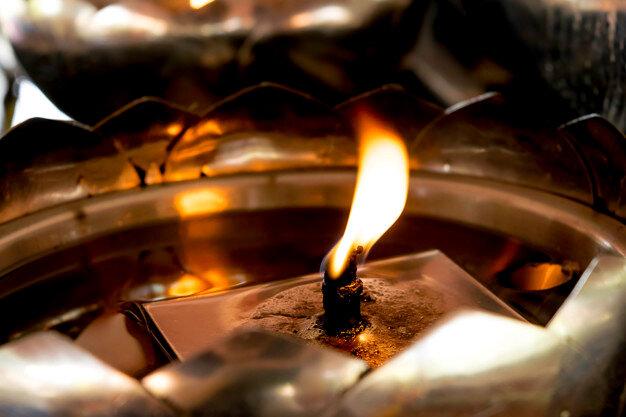 vela-ligera-linterna-aceite-templo-budista-tailandia_33827-42