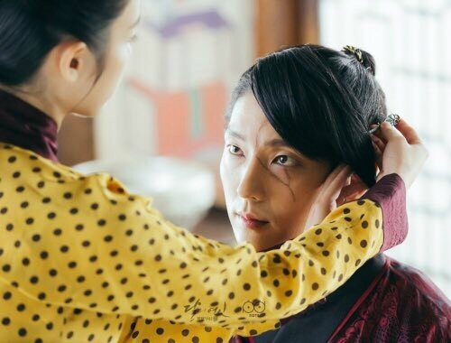 hae-soo-put-on-her-handmade-bb-cream-on-4th-prince-wang-so-on-episode-9-of-scarlet-heart-ryeo